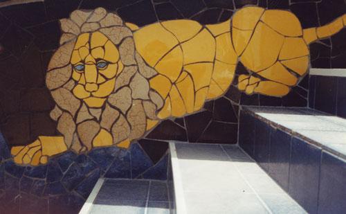 Il Leone. Sulla scalinata destra della casa-museo