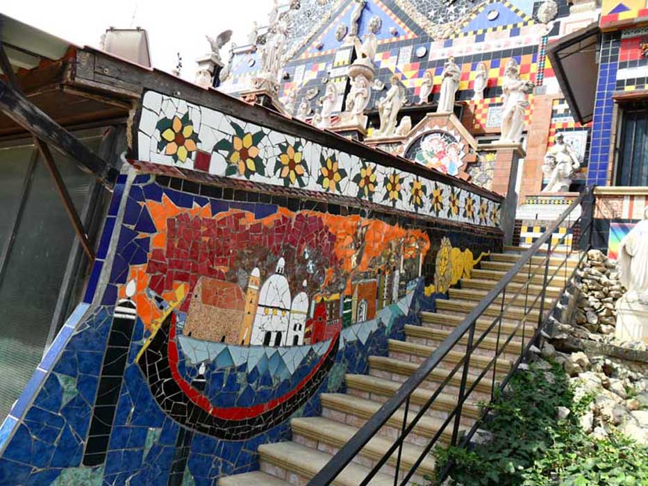 22- Venezia paranoica e leone. M 6, lungo la scala destra della casa museo