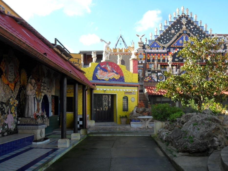 5- Casa Museo, esterno con varie opere e la facciata